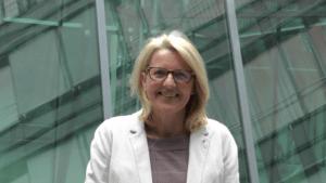 Marion Schneid im Innenhof des Abgeordnetenhauses